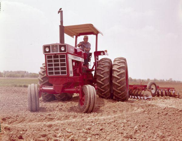 0305004301-l jpg International Tractor In Field