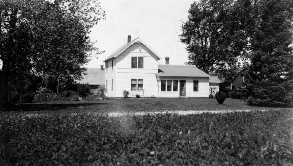 Exterior of Oak Hill farm, home of H.H. Harris, one of the pioneers of the strawberry growing and shipping industry in Wisconsin.