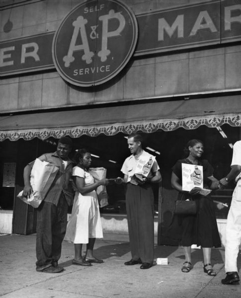 Outside a Chicago A&P grocery store, striking members of the United Packinghouse Workers of America urge shoppers to boycott products of the Cudahy company.