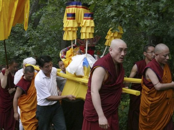 Deer Park monks carrying the body of Geshe L Sopa to the crematorium. Deer Park Buddhist Center.