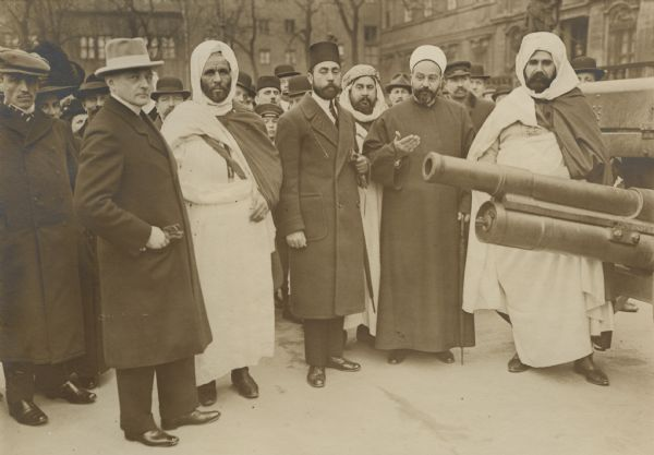 Emir Ali Pascha was the Vice-President of the Turkish legislature.  He visited Berlin in late 1914 or early 1915 on a goodwill trip. Here, accompanied by aides and interpreters, he is inspecting Russian artillery pieces in an exhibition of captured military equipment. The man in front left is Richard von Kühlmann, a councilor at the German Embassy in Turkey who was later appointed as German Foreign Minister.