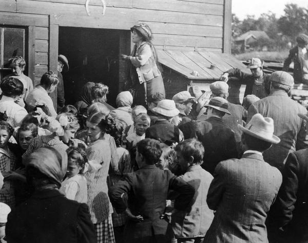 Belle Case La Follette, wife of Robert M. La Follette, Sr., addressing a group of farmers during a tour on the Chautauqua circuit during which she frequently spoke about woman suffrage.